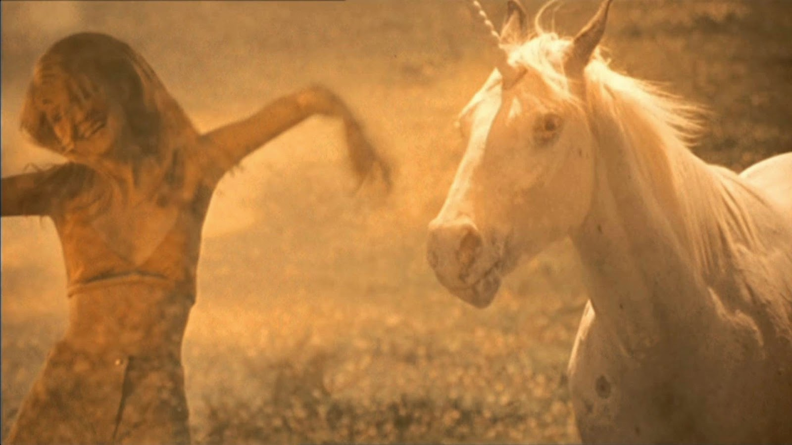 Kirsten Dunst et une licorne iscomigoo