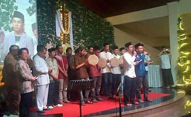 Foto kelompok 'nasyid' bernyanyi saat acara Gereja bikin heboh