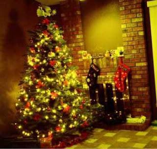 Arbol de navidad con luces dentro de la casa