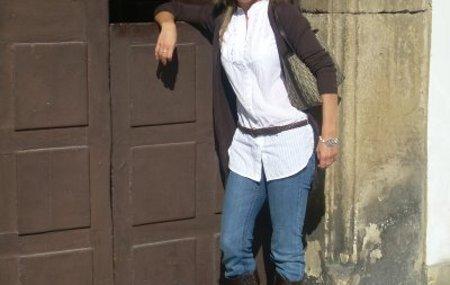 Camisa por fuera de unos pantalones vaqueros y cinturón