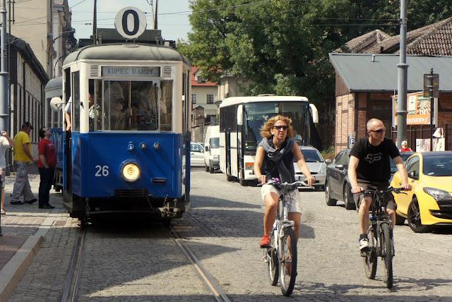 Rowerzyści na Kazimierzu i zabytkowy tramwaj Konstal N