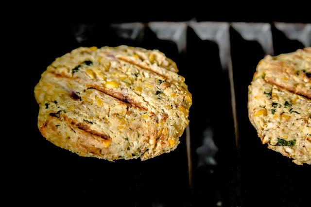 Vegetarischer Burger aus Kichererbsen auf dem Grill