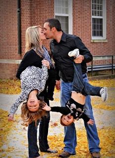 smešna slika: majka i otac čuvaju decu