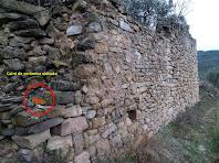 El mur de la part de migdia de la Serra, en el que s'observa les restes d'un cairó d'alguna de les tines