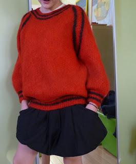 jak połączyć czerwony z czarnym sweter na drutach