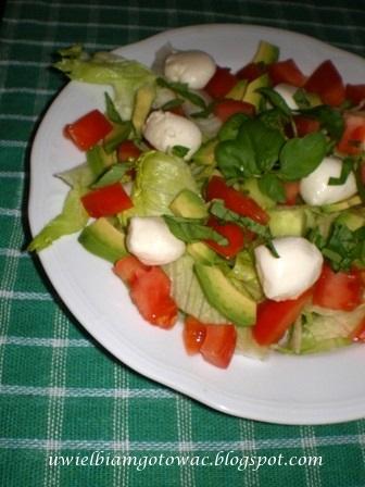 Sałatka z mozarellą, pomidorem i ogórkiem zielonym