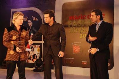 rohit_Bal_and_manish_arora_accepting_award_FilmyFun.blogspot.com