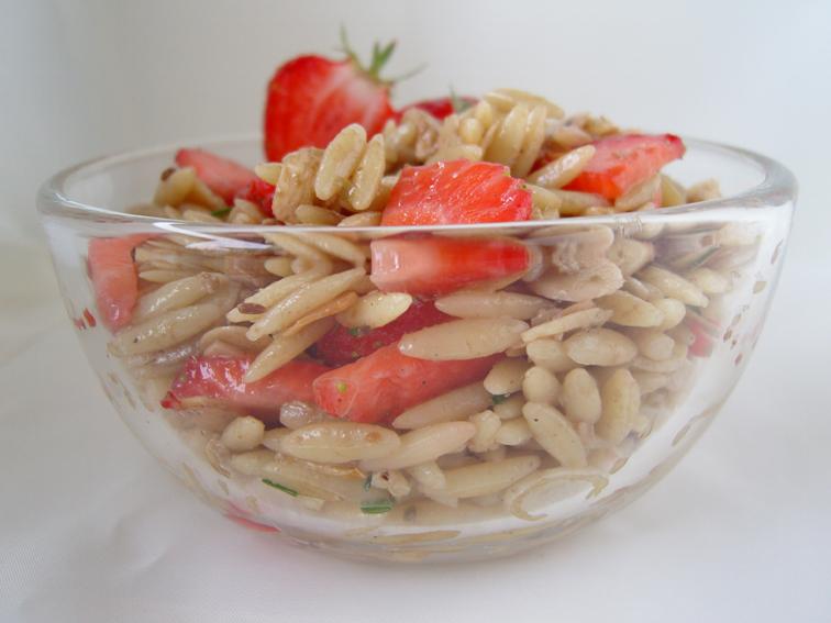 Kritharaki-Salat mit Mozzarella, Erdbeeren und Mandeln