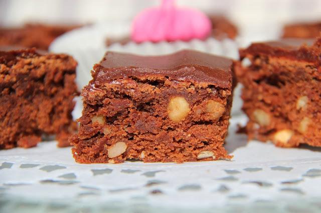 http://sachendiegluecklichmachen.blogspot.de/2013/09/schokoladen-brownies-mit-paranussen.html