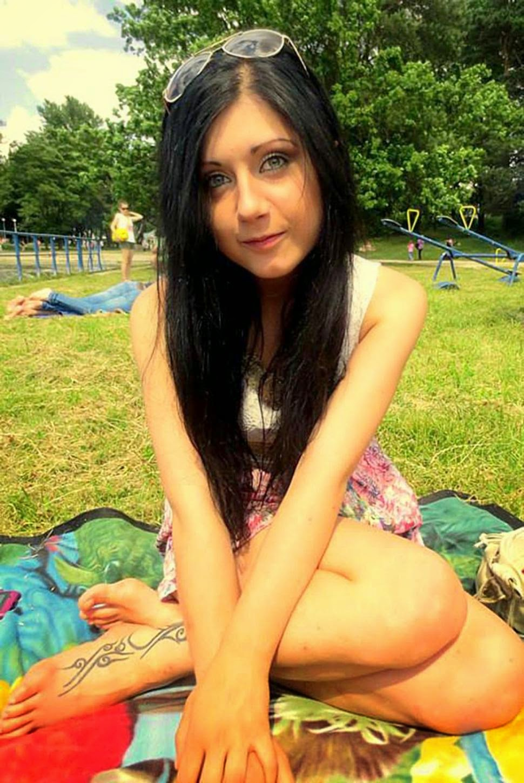 http://dangstars.blogspot.com/2014/11/gadis-cantik-ini-tewas-akibat-aksi-foto-selfie.html