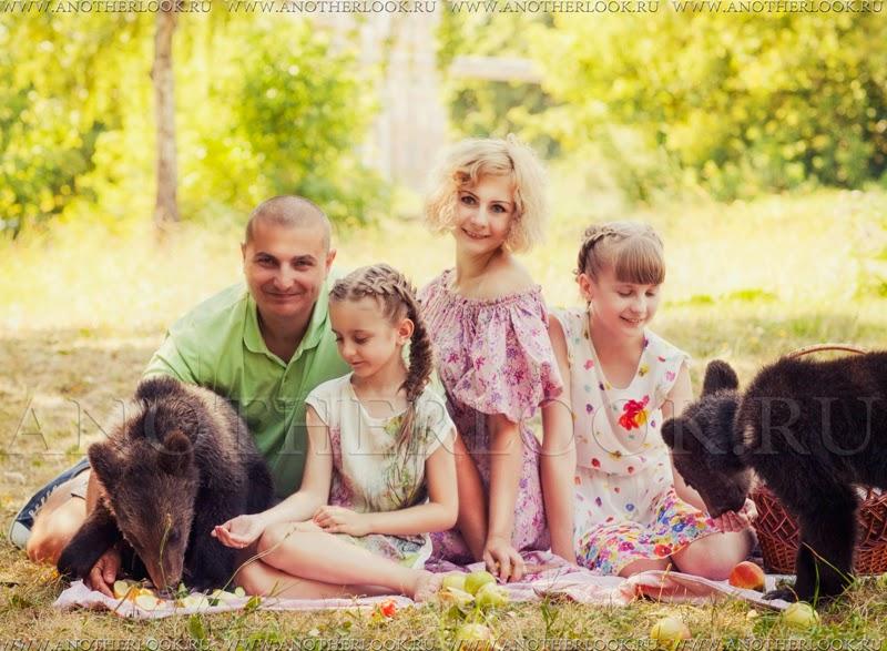 Дети кормят медведей с рук