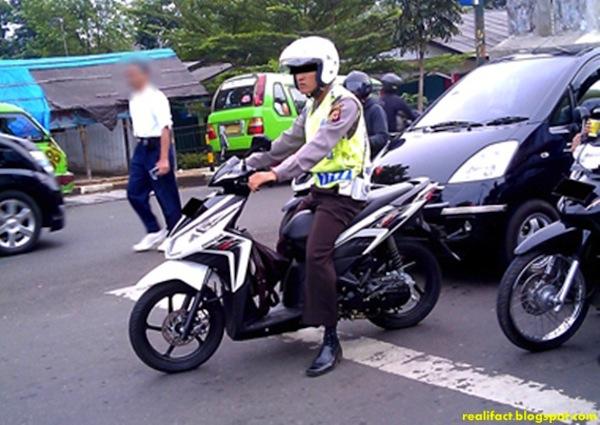 polisi berhenti di garis yang salah di lampu merah-1