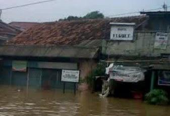 banjir-cianjur-robohkan-dua-rumah-warga