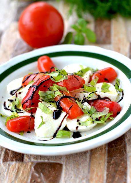 sałatka caprese przepis, prosta sałatka z pomidorów, mozzarella