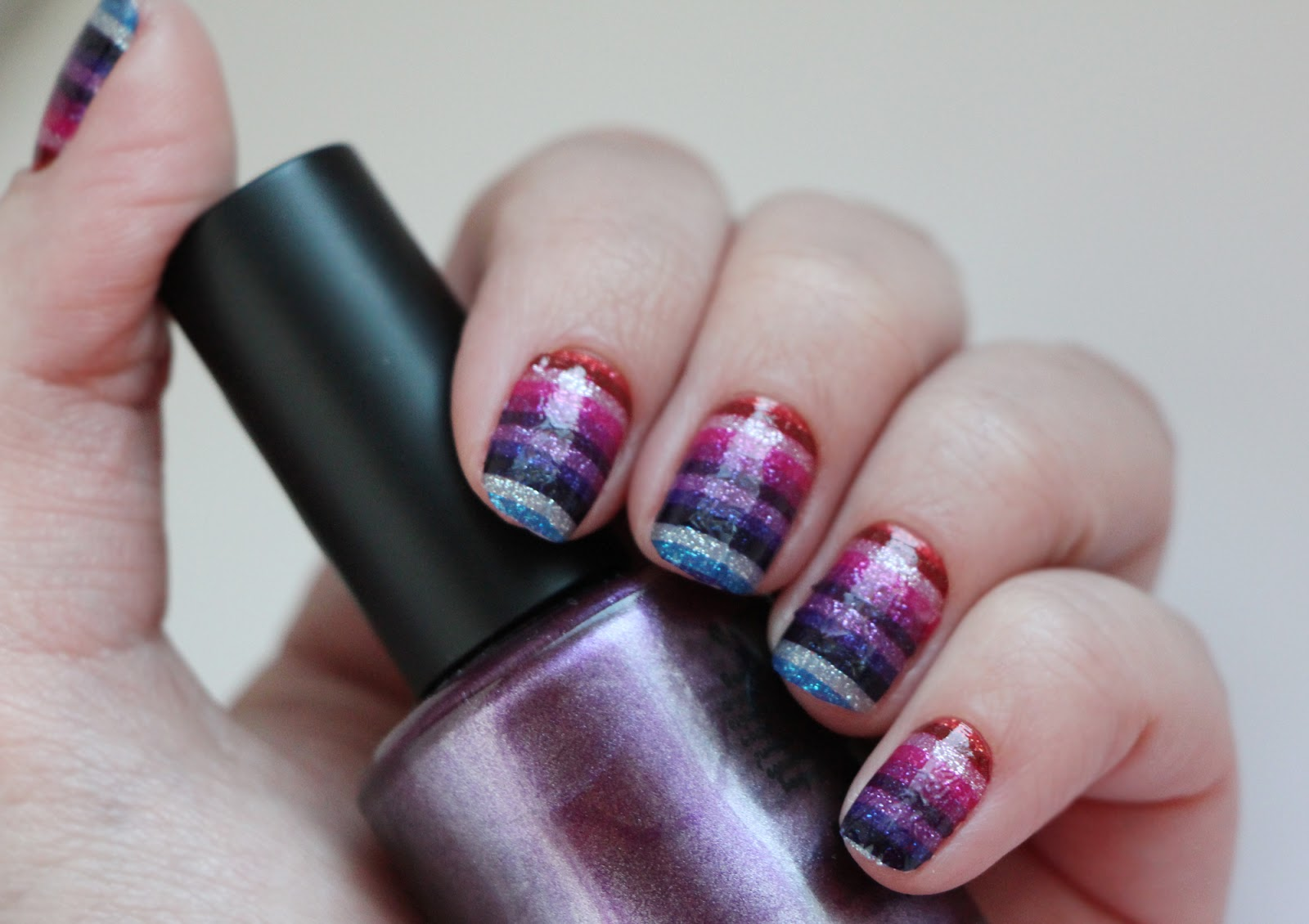 Блестящие полоски для дизайна ногтей фото