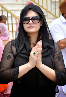 Zarine Khan Absolutely Ravishing Without Makeup In Black Dress @ Golden Temple In Amritsar