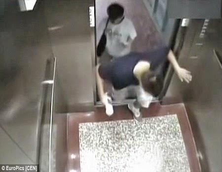 Hãi hùng khoảnh khắc nam sinh viên bị thang máy ép chết