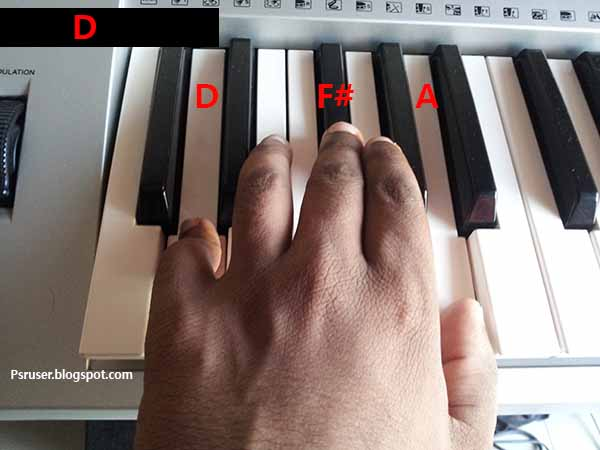play D major chord on keyboard
