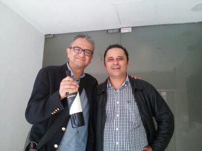 El director de éste colectivo regalándole un pomo a Jairo Calixto afuera de MVS radio...