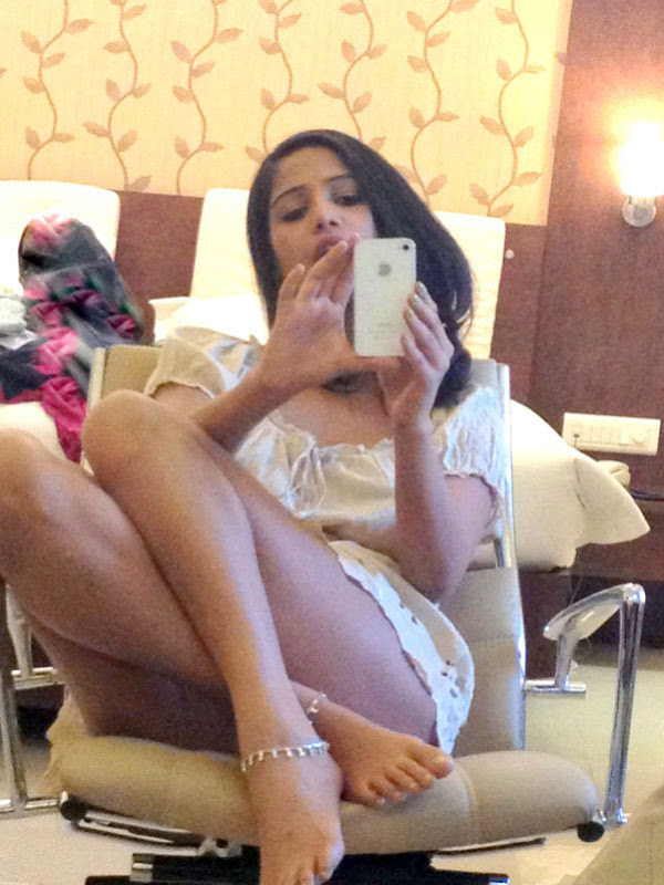 Poonam Pandey hot thighs show photos