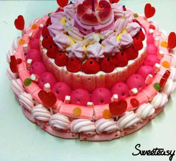 Tarta de chuches tonos rosas.
