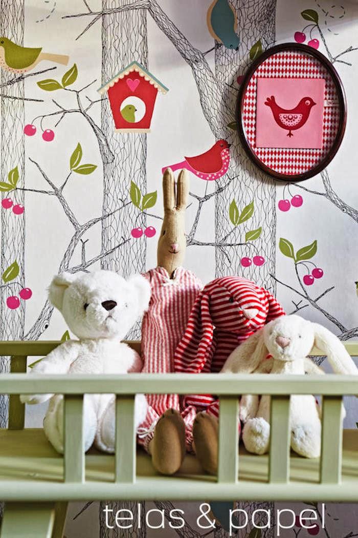 Decoraci n f cil papel pintado de arboles para un for Dormitorio infantil bosque