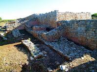 En primer terme, un mur i la muralla del segle V a.C. Al fons, la muralla ibèrica principal