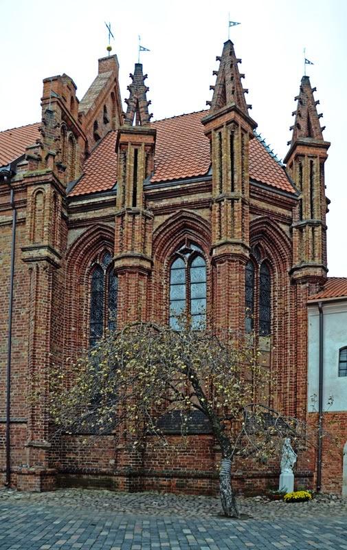 Костел Святой Анны. Двор. Яблоня. Вильнюс, Литва. Осень Выходные Прогулка по городу достопримечательности фотографии рестораны национальной кухни блошиные рынки