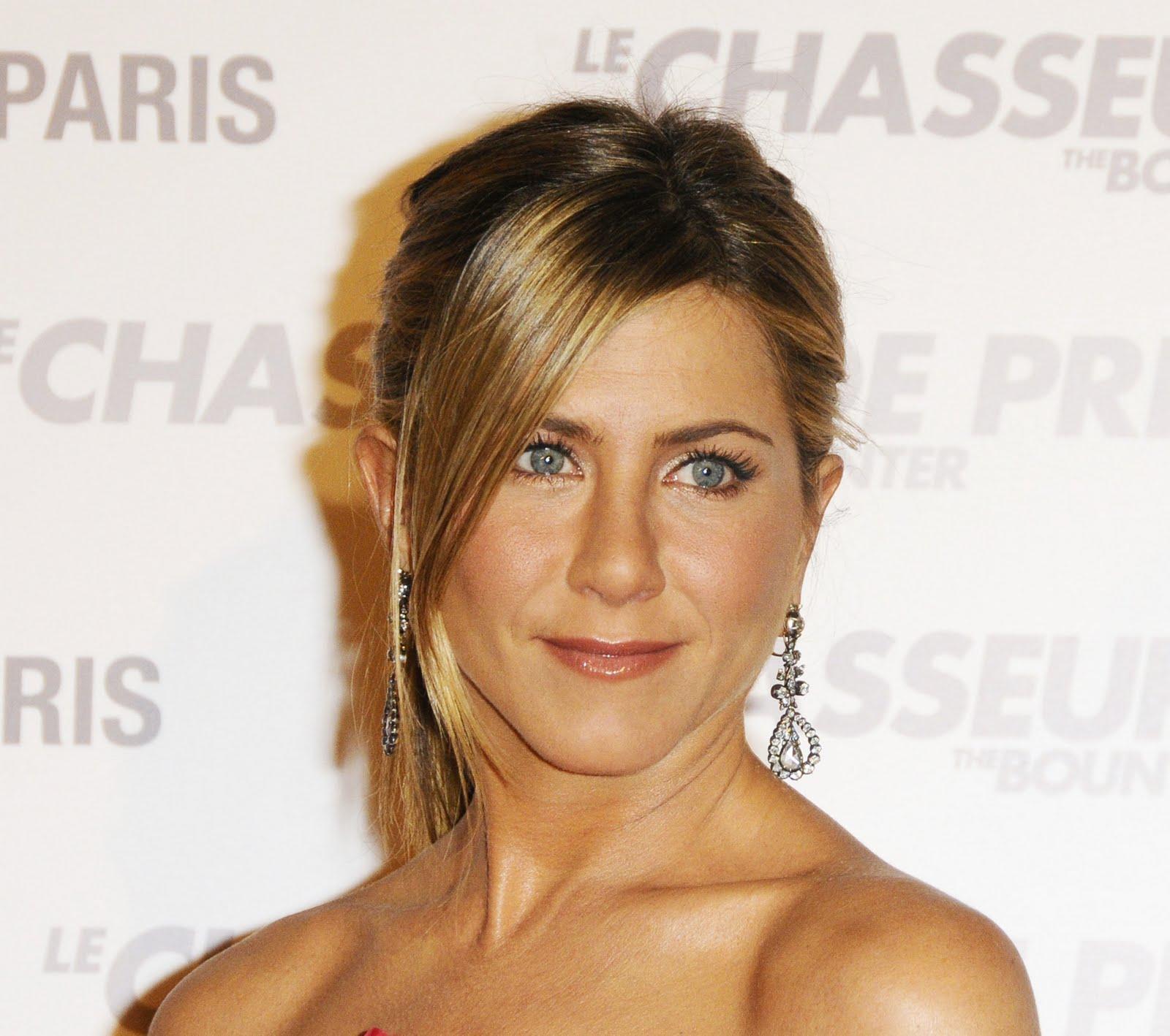 http://2.bp.blogspot.com/-HmrihRl4GhM/TaxWaBjHyyI/AAAAAAAAAKU/UrBXiuqdkmc/s1600/4PK40HU2QX_Jennifer_Aniston_40_The_Bounty_Hunter_Paris_Premiere_-_03.28.2010_028.jpg