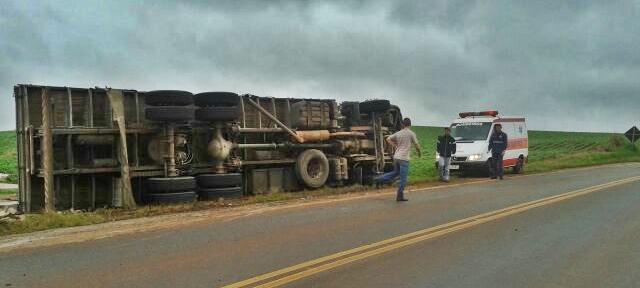 Manoel Ribas: Caminhão que transportava bobinas tomba na PR-466