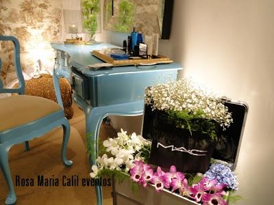 penteadeira, produtos de beleza, bandeja quadro, maleta com arranjos florais