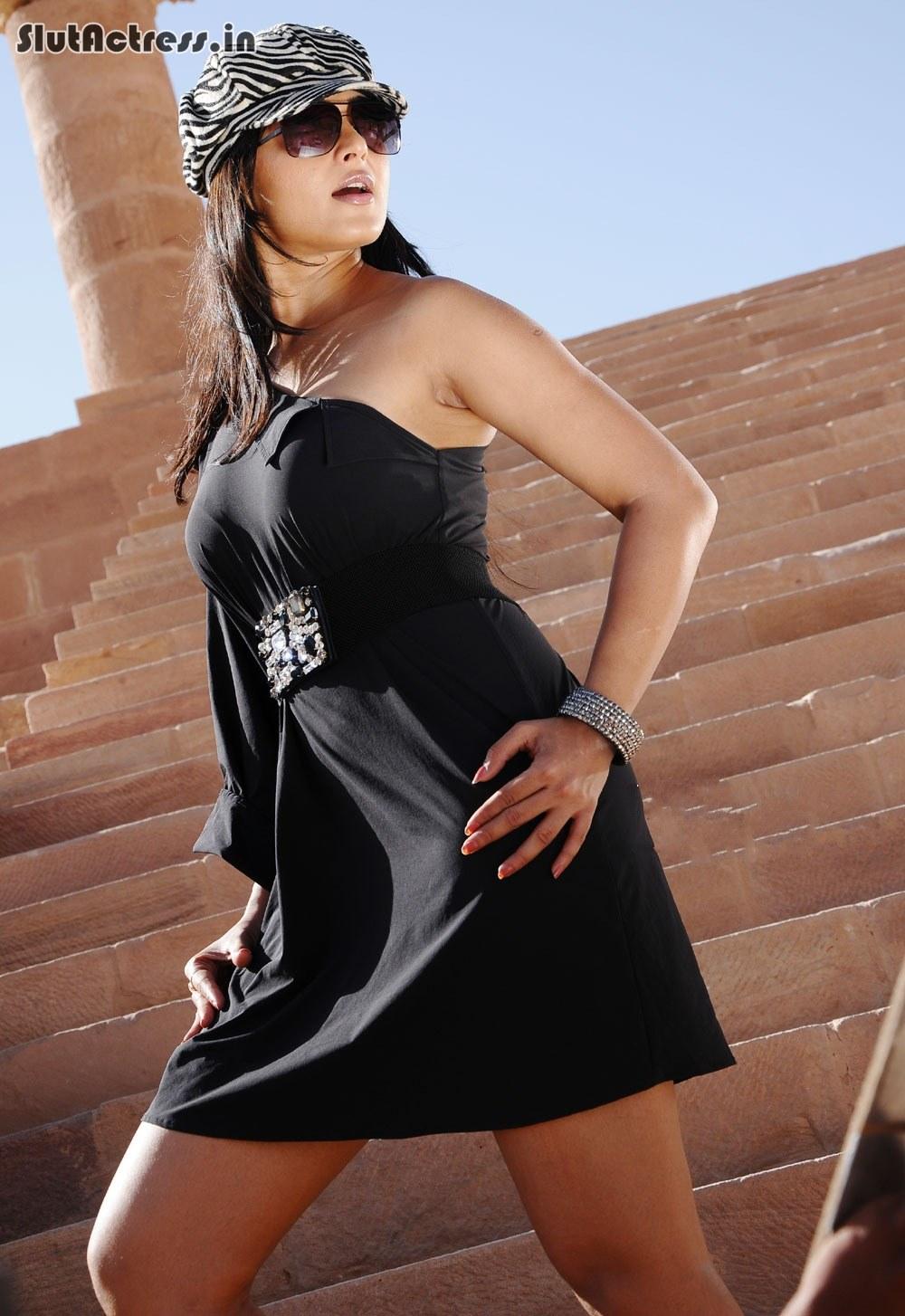 anushka shetty hot bra impression show from tight dress