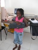 Eléonore Monique Kamony cite les noms des différentes parties du clavier.