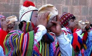 Tocando pututos en la Fiesta del Inti Raymi en Cuzco