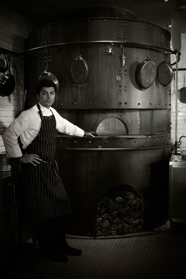 cocinero y horno industrial de pizzas blanco y negro