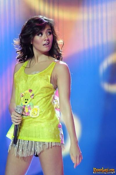 Foto Agnes Monica Ganti Kostum di Atas Panggung