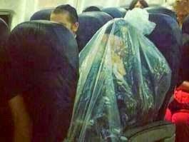لماذا يغلف هذا اليهودي نفسه بالكيس هكذا أثناء ركوبه الطائرة