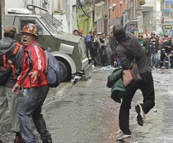 tres imágnes de La Prensa sobre la multitudinaria marcha de trabajadores por un mejor salario