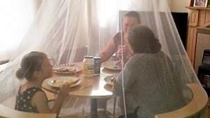 para warga terpaksa harus makan di dalam kelambu