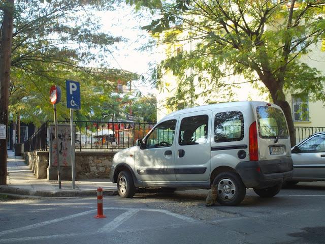 Θέσεις στάθμευσης αναπήρων, μόνιμα πιασμένες από μη ανάπηρους