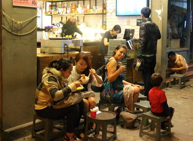 Restaurante de rua no Vietnã