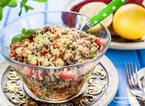 Orzeźwiająca sałatka tabbouleh z komosą ryżową