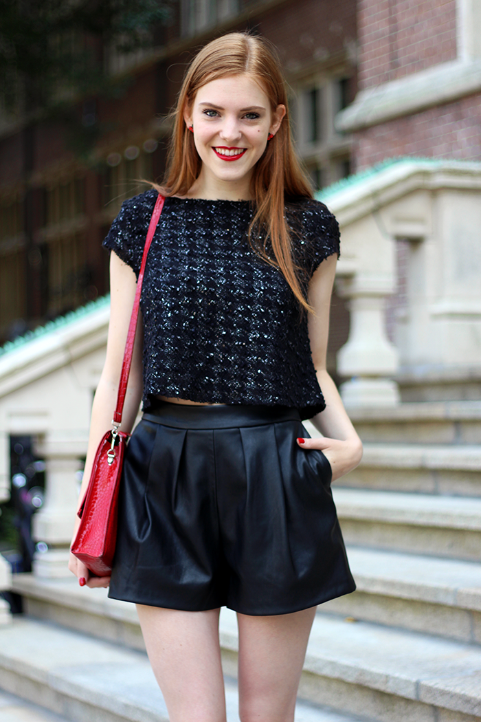Fashion Blogger outfit with a crop top and faux leather shorts from Zara