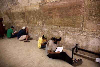 Mulheres e homens juntos no Muro das Lamentações