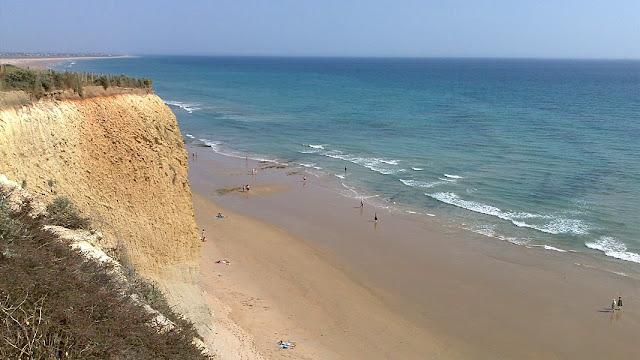 Het Fuente del Gallo strand ten noorden van Conil de la Frontera is omgeven door steile rotswanden