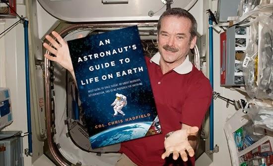 Buku Ini Ditulis oleh Astronot Asal Kanada, Mau?