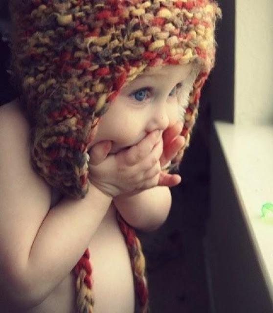 un bébé magnifique qui porte un bonnet