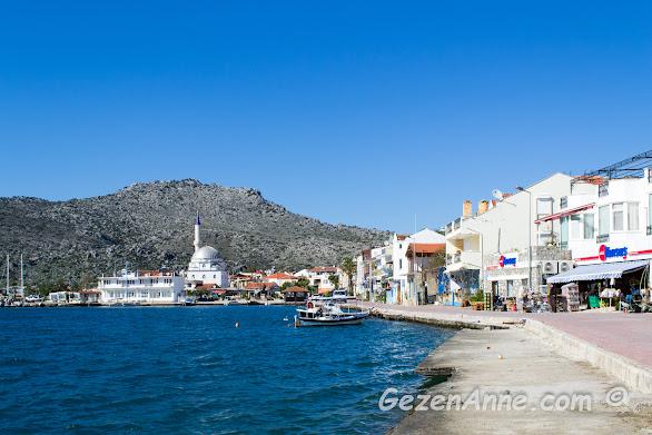 marketi, camisi, dükkanları ve hudut kapısıyla Bozburun sahili, Marmaris