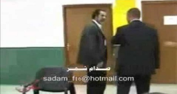 مصور يحاول أن يعتدى على صدام حسين وعندما وقف امامه الأسد تحدث المفاجأة