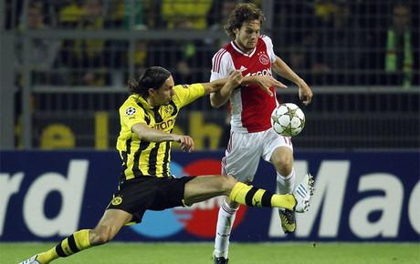 Blind en la puja por un balón en el Borussia - Ajax. (Foto uefa.com)